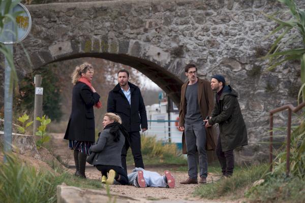 Bild 1 von 1: Candice (Cécile Bois, l.) und ihr Team werden Augenzeugen eines Mordes.