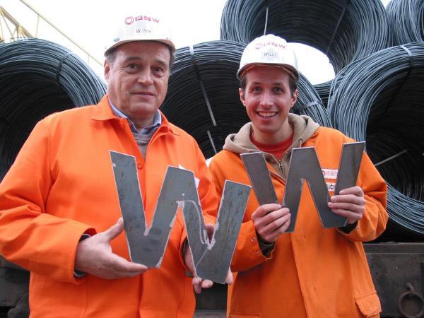 Bild 1 von 7: Willi Weitzel (rechts) und Wolfgang Ihle mit Eisenbuchstaben. Willi möchte heute wissen, was mit dem Schrott passiert und wie das Metall wieder verwertet wird.