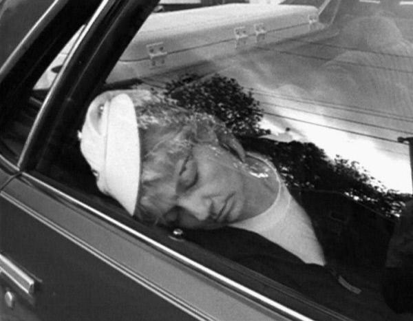 Bild 1 von 2: Ruby Morris wird von ihrem Mann erschossen und später verbrannt. Obwohl keine Leiche existiert, kommt die Polizei ihm auf die Schliche.