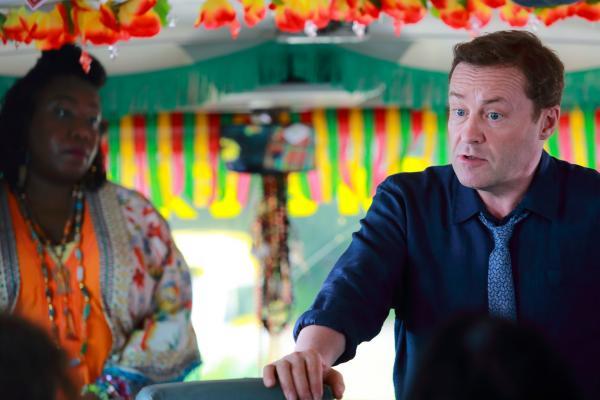 Bild 1 von 3: DI Jack Mooney (Ardal O'Hanlon) befragt die Fahrgäste von Butterfly Brown (Chizzy Akudolu).