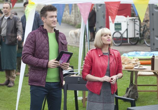 Bild 1 von 3: Agatha Raisin (Ashley Jensen, r.) und Steve (John Mason, l.) warten gespannt das Ergebnis des Wettbewerbs ab.