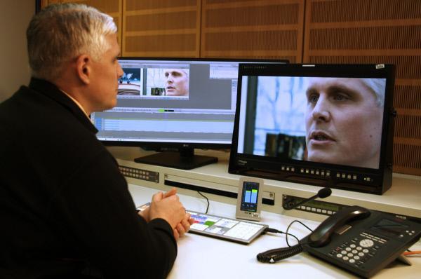 Bild 1 von 5: Marc schaut sich das Interview an, das er nach dem Anschlag in Brüssel dem Heute-Journal gegeben hat.