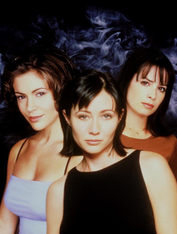 Bild 1 von 20: (1. Staffel) - Phoebe (Alyssa Milano, l.), Prue (Shannen Doherty, M.) und Piper (Holly Marie Combs, r.) sind ein unschlagbares Team. Ein Zauberspruch aus dem \