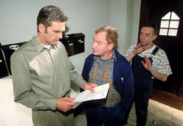 Bild 1 von 7: Die Handwerker (Michael Hanemann, M. und Nicholas Bodeux, r.) präsentieren Dr. Schmidt (Walter Sittler, l.) die Rechnung. Er sollte sie lieber annehmen, sonst gibt es ein Donnerwetter.