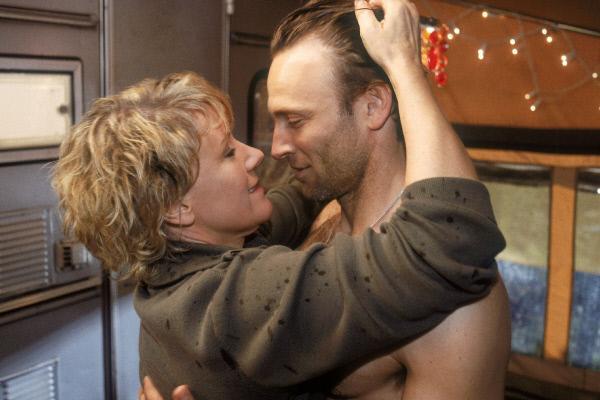 Bild 1 von 6: Nikola (Mariele Millowitsch) und ihr Platznachbar Kalle (Bernhard Bettermann) kommen sich endlich nah genug, um gegenseitig die Lippentemperatur zu messen...