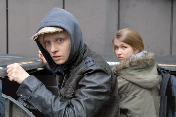 Bild 1 von 13: Erwischt! Ylvie (Anne Müller, li.) und Corinna (Anna-Lena Schwing, re.) beim Containern.