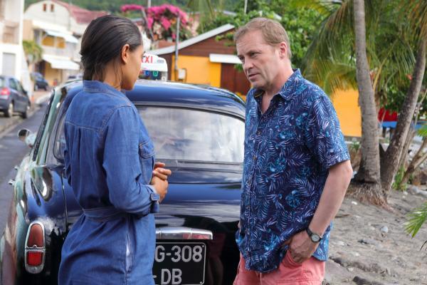 Bild 1 von 3: Florence Cassell (Joséphine Jobert) und DI Jack Mooney (Ardal O'Hanlon) führen eine ernste Unterhaltung.