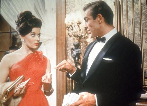 Bild 1 von 8: Sylvia Trench (Eunice Gayson) hat sich in das Apartment von James Bond (Sean Connery) geschlichen...
