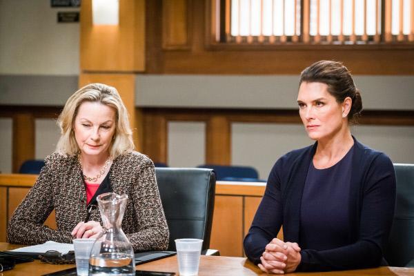 Bild 1 von 22: Counselor Daniella Janet (Maureen Mueller) und Sheila Porter (Brooke Shields)