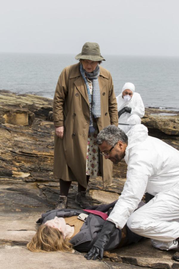 Bild 1 von 6: DCI Vera Stanhope (Brenda Blethyn) befragt den neuen Pathologen Dr. Anthony Carmichael (Christopher Colquhoun) über die mögliche Todesursache von Gemma Wyatt.