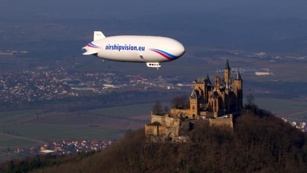 Bild 1 von 1: Per Zeppelin misst das Forschungszentrum Jülich Aerosole in der Luft über Deutschland. Wie gut ist wohl die Luft über der  Burg Hohenzollern - dem Stammsitz des ehemals regierenden deutschen Kaiserhauses - in Baden-Württemberg?