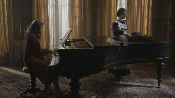 Bild 1 von 7: Berliner Mietshaus, Belle Etage: Tochter aus großbürgerlichem Elternhaus spielt Klavier.