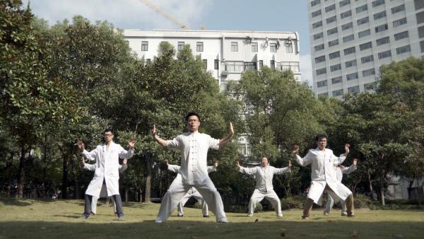 Bild 1 von 4: Ärzte und Patienten beim Kungfu in Shanghai Kopie.