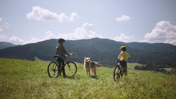 Bild 1 von 7: Flori (Leon / Lino de Greiff), Racko und Fee (Joline Letizia Schwärzler) beim Mountainbiken.