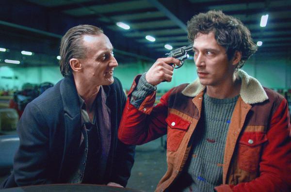 Bild 1 von 2: Russisch Roulette: der Tod (Marko Mandic, li.) und Juri (Noah Saavedra, re.)