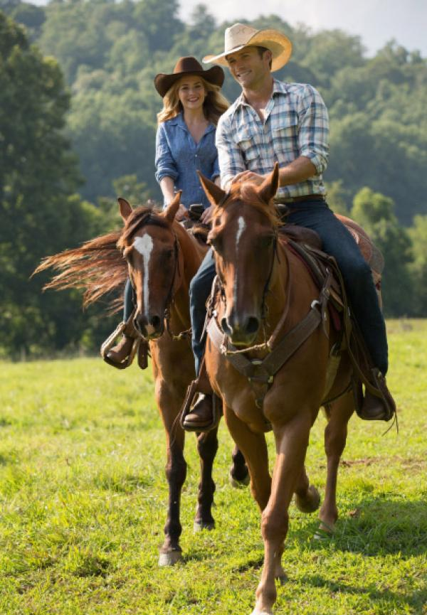 Bild 1 von 1: Während die Liebe zwischen Luke (Scott Eastwood, r.) und Sophia (Britt Robertson, l.) aufblüht, stellen die beiden fest, dass sie im Leben aber ganz unterschiedliche Ziele verfolgen. Hat ihre Beziehung dennoch eine Chance?