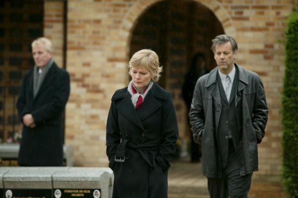 Bild 1 von 3: Dr. Laura Hobson (Clare Holman, M.) hat ihrem ehemaligen Liebhaber Alec Pickman (Rupert Graves, r.) nichts mehr zu sagen.