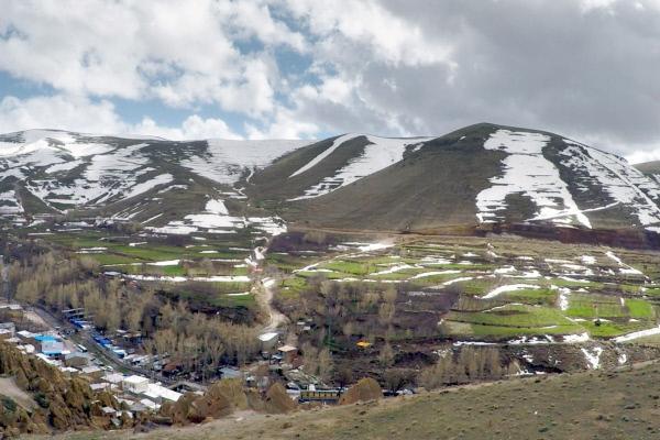 Bild 1 von 5: Auf der Suche nach einem Zufluchtsort abseits des Kriegs und der Kälte fanden die ersten Menschen vor 800 Jahren - so heißt es - Zuflucht in den Bergen. Sie höhlten das Gestein aus und entwickelten einen einfachen, kargen Lebensstil.