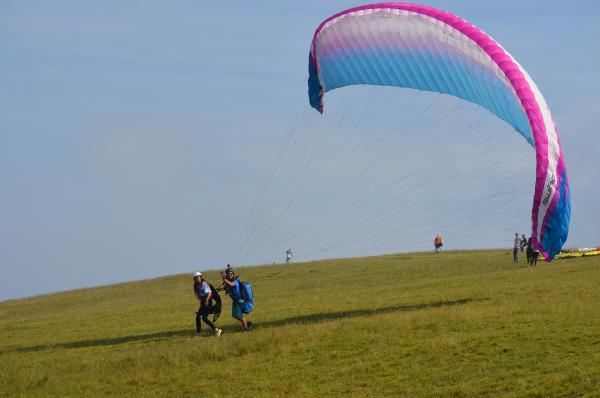 Bild 1 von 4: Kaya im Tandemsprung beim Paragliding