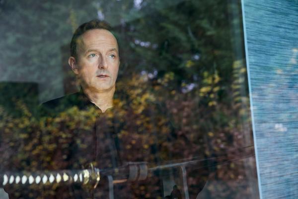 Bild 1 von 13: Jörg Korfmann (Peter Jordan) bemerkt, dass eines seiner Schwerter fehlt. Er fragt sich, wer könnte es mitgenommen haben und mit welchem Ziel? Ein Raubüberfall war es nicht, da alle andere Schwerte noch vorhanden sind.