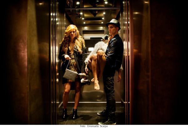 Bild 1 von 15: Sabrina (Giulia Elettra Gorietti, l.) verlässt das Hotel gemeinsam mit dem jungen Gangster Spadino Anacleti (Giacomo Ferrara, r.), der ihr hilft, die Leiche von Jelena (Yulia Kolomiets, M.) verschwinden zu lassen.