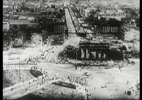 Bild 1 von 4: Am 8. Mai ist der Krieg vorbei - aber Berlin liegt in Trümmern, hier das Viertel um das Brandenburger Tor. Allen Widrigkeiten zum Trotz werden auch an diesem Tag Kinder geboren - ihren Lebensweg verfolgt der Film \