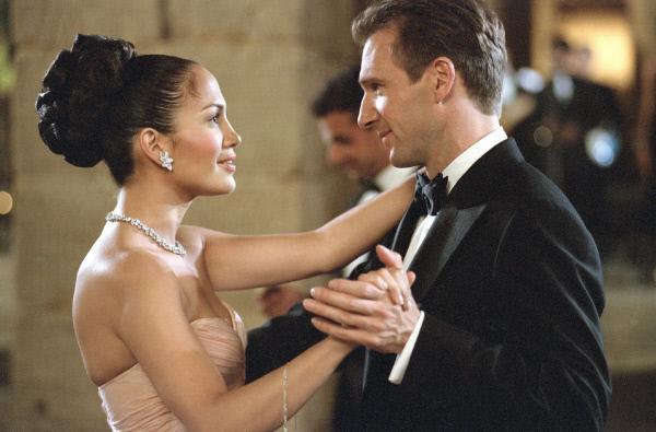 Bild 1 von 11: Marisa Ventura (Jennifer Lopez) wird von dem Politiker Christopher Marshall (Ralph Fiennes) auf eine Gala eingeladen. Noch weiß er nicht, dass sie 'nur' ein Zimmermädchen ist...