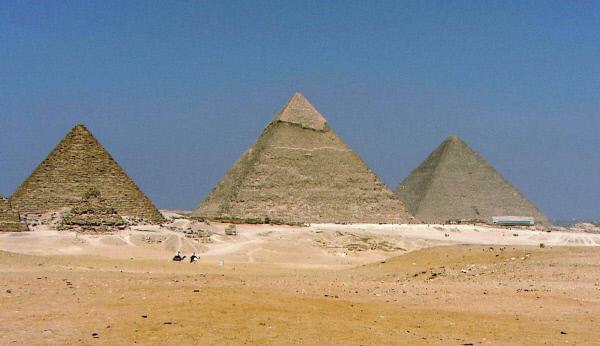 Bild 1 von 3: Die drei Pyramiden von Gizeh, die seit 1979 zum Weltkulturerbe gezählt werden, werfen nicht nur wegen ihrer Anordnung viele Fragen auf, sondern verbergen auch spannende Geheimnisse. Forscher und Wissenschaftler arbeiten daran, diese aufzudecken.