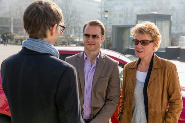 Bild 1 von 6: (v.l.n.r.) Thorsten Hamann (Tobias Langhoff); Simmel (Hinnerk Schönemann); Marie (Mariele Millowitsch)