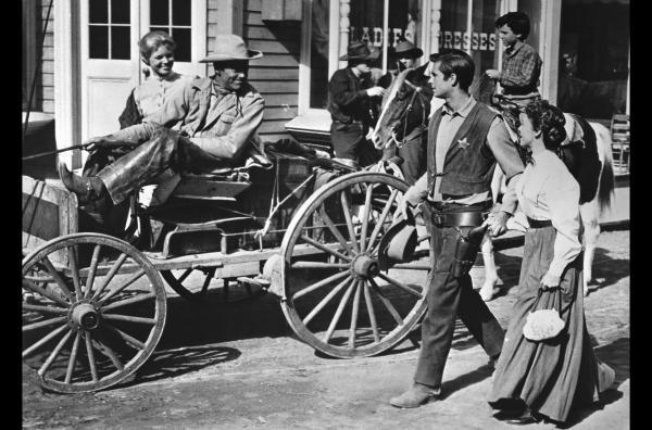 Bild 1 von 6: Morgan (Henry Fonda, 2.v.l.) verlässt die Stadt zusammen mit Nona (Betsy Palmer, li.) und ihrem Sohn Kip (Michel Ray, hi.). Schweren Herzens verabschieden sich Ben (Anthony Perkins, 2.v.r.) und Millie (Mary Webster, re.).