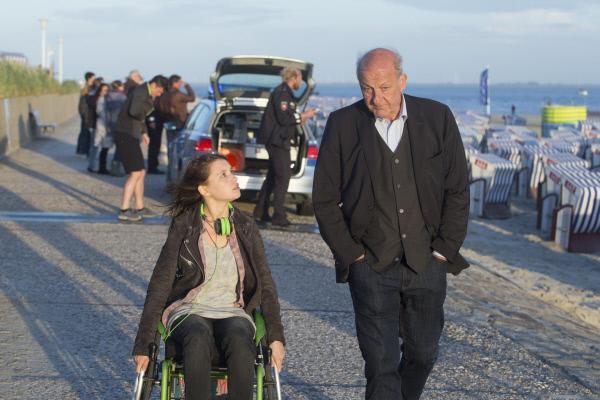Bild 1 von 14: Die Leiche am Strand von Norderney beschäftigt Merle (Janina Fautz) ebenso sehr wie Wilsberg (Leonard Lansink).