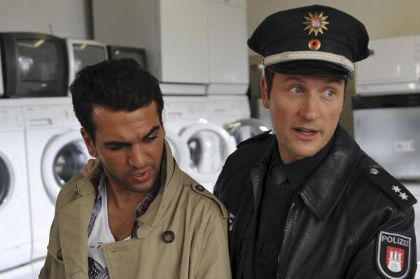 Bild 1 von 14: Kai (Markus Knüfken, r.) nimmt Hassan (Elias M'Barek, l.) vorläufig fest.