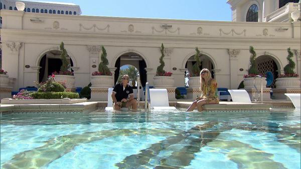 Bild 1 von 2: Robert und Carmen genienßen einen entspannten Tag am Pool...