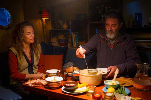 Bild 1 von 6: Tom Stilton (Kjell Begqvist) scheint mit Luna (Amanda Ooms) endlich sein privates Glück gefunden zu haben.