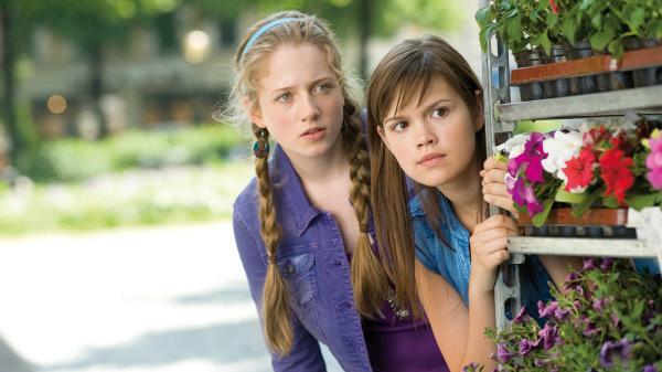 Bild 1 von 2: Kati (Henriette Nagel, li.) und Mila (Emilia Schüle, re.)