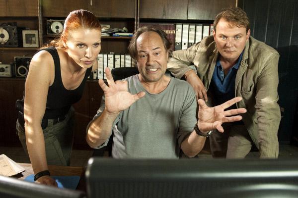 Bild 1 von 5: Ermittlungsergebnisse: Jens Stellbrink (Devid Striesow, rechts) und seine Kollegin Lisa Marx (Elisabeth Brück) zusammen mit Horst Jordan (Hartmut Volle, Mitte).