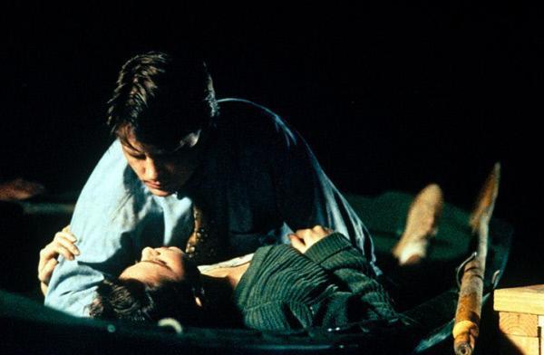 Bild 1 von 11: Ben (Michael J. Fox, oben) versucht, die hübsche Lou (Julie Warner, unten) für sich zu gewinnen ...