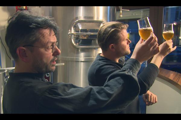 Bild 1 von 2: Knackeboul (re.) bei der Bierverkostung mit einem Bier-Sommelier von der Berlin Beer Academy