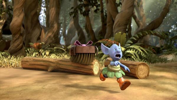 Bild 1 von 3: Borsti, die Bürste von Fizzy, verhält sich wie ein unerzogenes Hündchen. Hier jagt Borsti die Elfe Grizel.