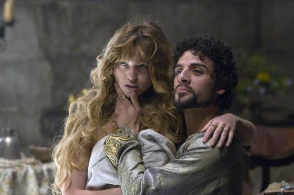 Bild 1 von 7: Entgegen jedem politischen Verständnis will Prinz John (Oscar Isaac) die Französin Isabella von Angouleme (Lea Seydoux) zu seiner Frau nehmen.