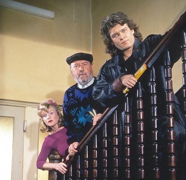 Bild 1 von 2: Von links: die Sekretärin Siglinde (Thekla Mayhoff), der Kometen-Sepp (Toni Berger) und der Solo (Ernst Hannawald).