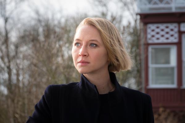 Bild 1 von 6: Nora Weiss (Anna Maria Mühe) denkt über den Fall nach.