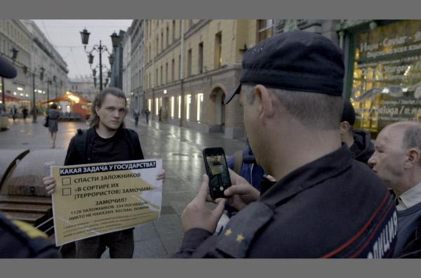 Bild 1 von 4: Pawel Tschuprunow wird von der Polizei kontrolliert.