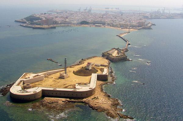 Bild 1 von 3: Ende des 16. Jahrhunderts beschlossen die Spanier, in Cádiz, wie in anderen großen Seestädten auf der Halbinsel, zwei imposante Festungen zu bauen: Santa Catalina und San Sebastián.