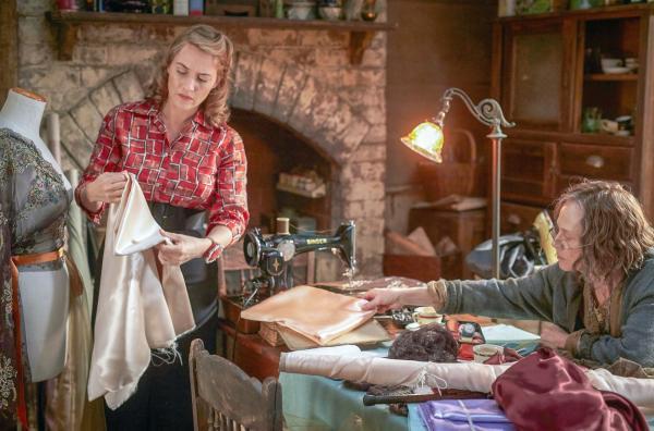Bild 1 von 10: Tilly (Kate Winslet, li.) hat das Nähen von ihrer Mutter Molly Dunnage (Judy Davis, re.) gelernt. Auf natürliche Art und Weise fangen die beiden nach Tillys Rückkehr wieder an, im Atelier zusammenzuarbeiten.