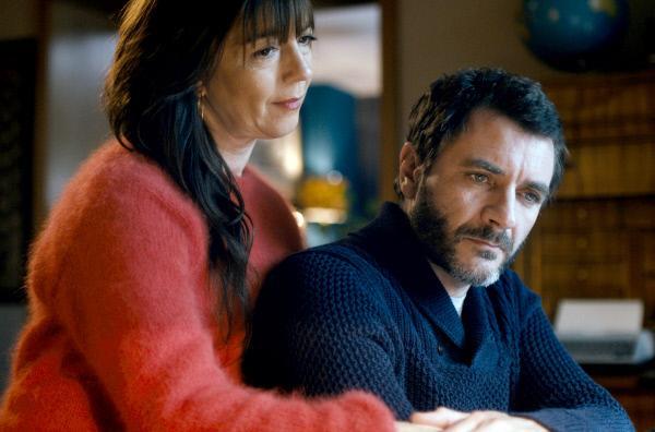 Bild 1 von 10: Doris (Olivia Grigolli) und Thomas (Alex Brendemühl) müssen eine schwierige Entscheidung treffen.
