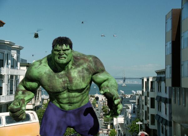 Bild 1 von 6: Dr. Bruce Banner verwüstet als Hulk (Eric Bana) San Francisco. Erst der Anblick von Betty Ross kann ihn besänftigen, und er verwandelt sich in Bruce zurück.