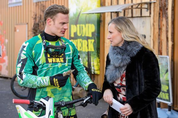 Bild 1 von 7: Isabelle (Ania Niedieck) lässt Tims (Robert Maaser) Vorwurf, ohne sein Einverständnis seinen Bulli verkauft zu haben, souverän an sich abtropfen.