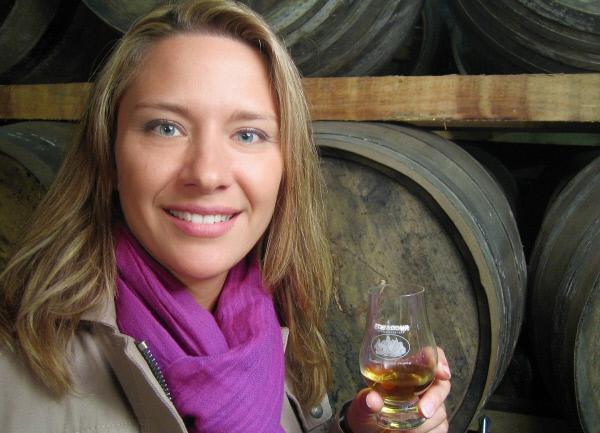 Bild 1 von 1: Moderatorin Wasiliki Goutziomitros bei der Whiskyprobe