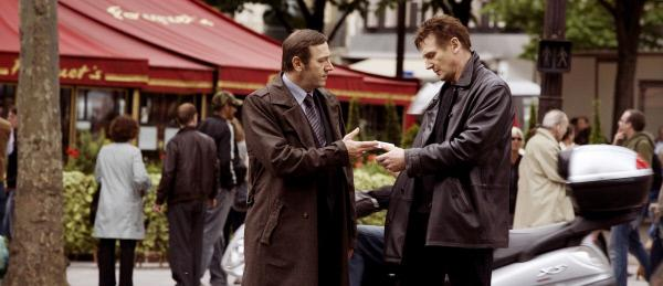 Bild 1 von 17: Auf der Suche nach seiner Tochter in Paris angekommen, kontaktiert Bryan (Liam Neeson, r.) seinen alten Kollegen Jean Claude (Olivier Rabourdin), der ihn über die Mädchenhändler in der Stadt aufklärt.